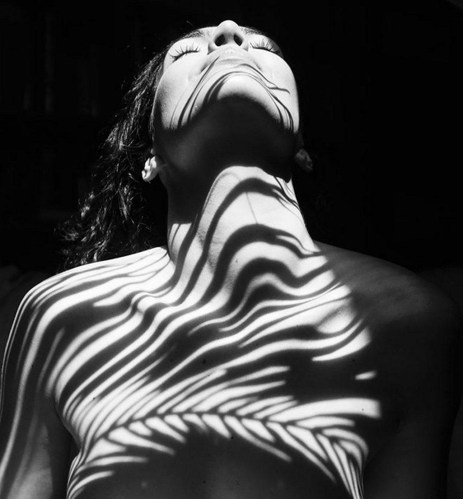 фото черно-белая фотография женского тела становится перед ней