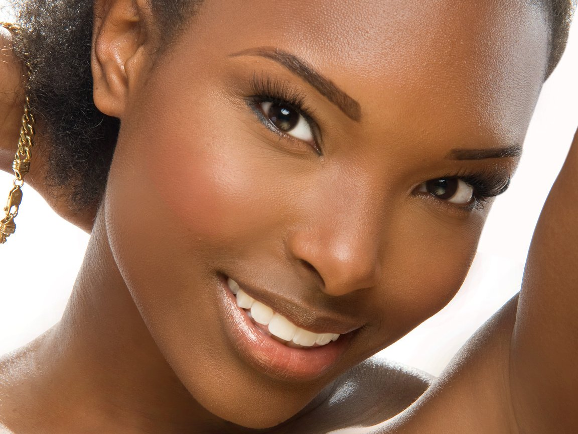 Фото негритянки актрисы улыбаются
