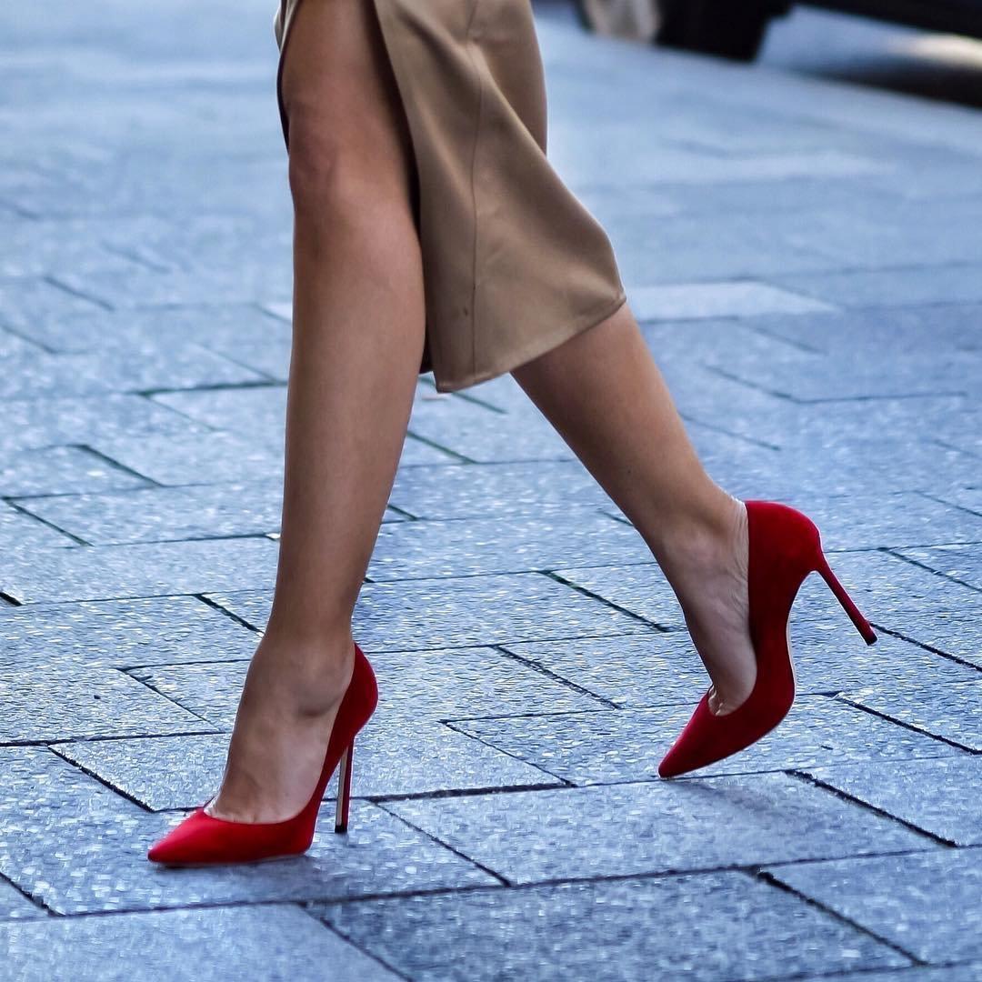 Красивые девушки в туфлях на каблуках