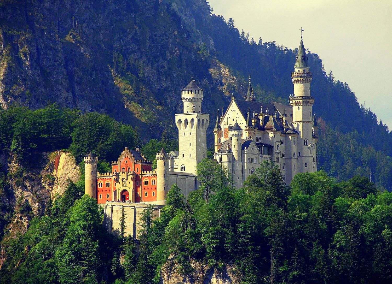 самый красивый замок в мире фото металлических крестов под