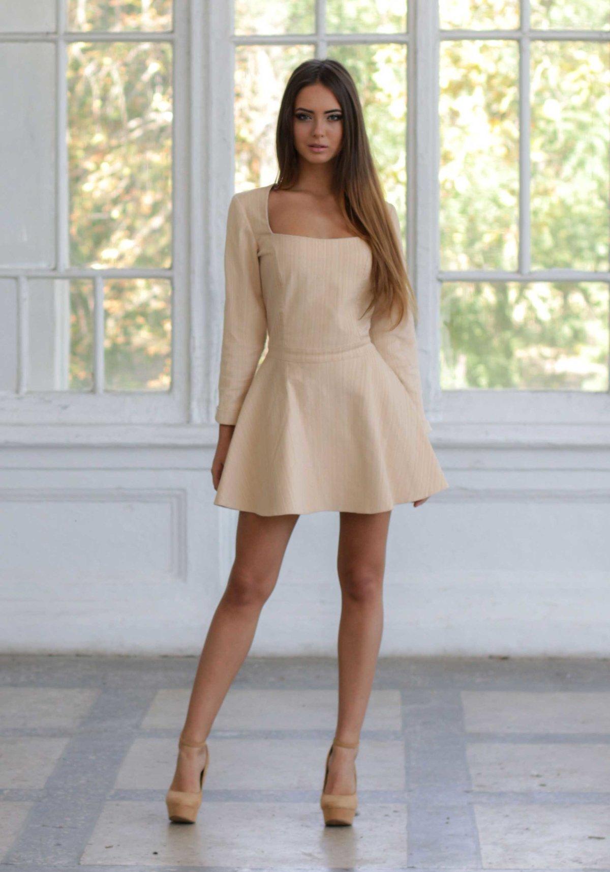 девушка в платье телесного цвета понял