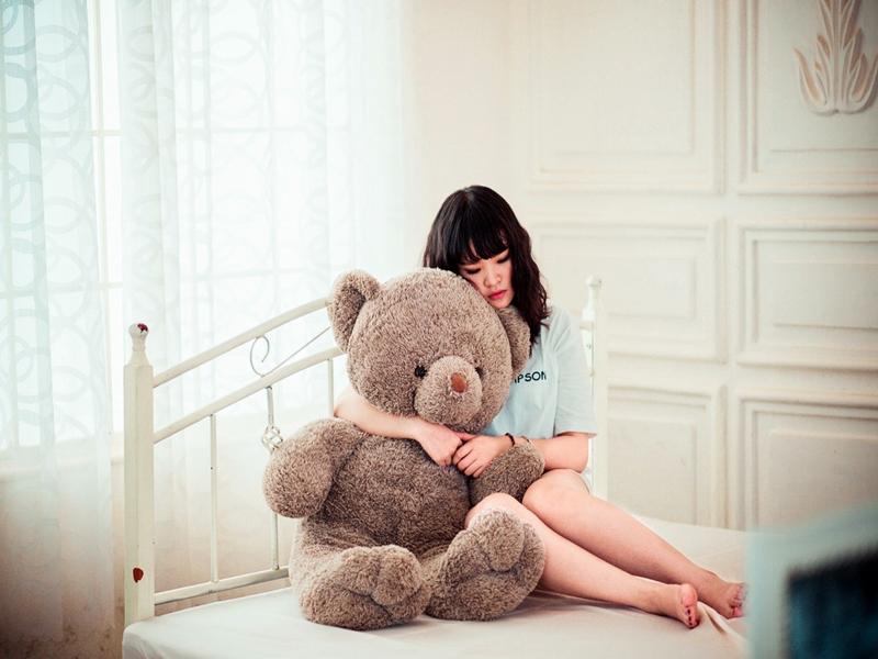 Картинки девушка с медведем плюшевым