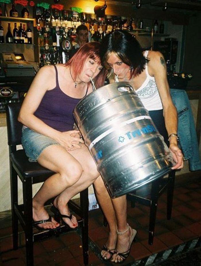 Юбилей, прикольные картинки две подружки пьют