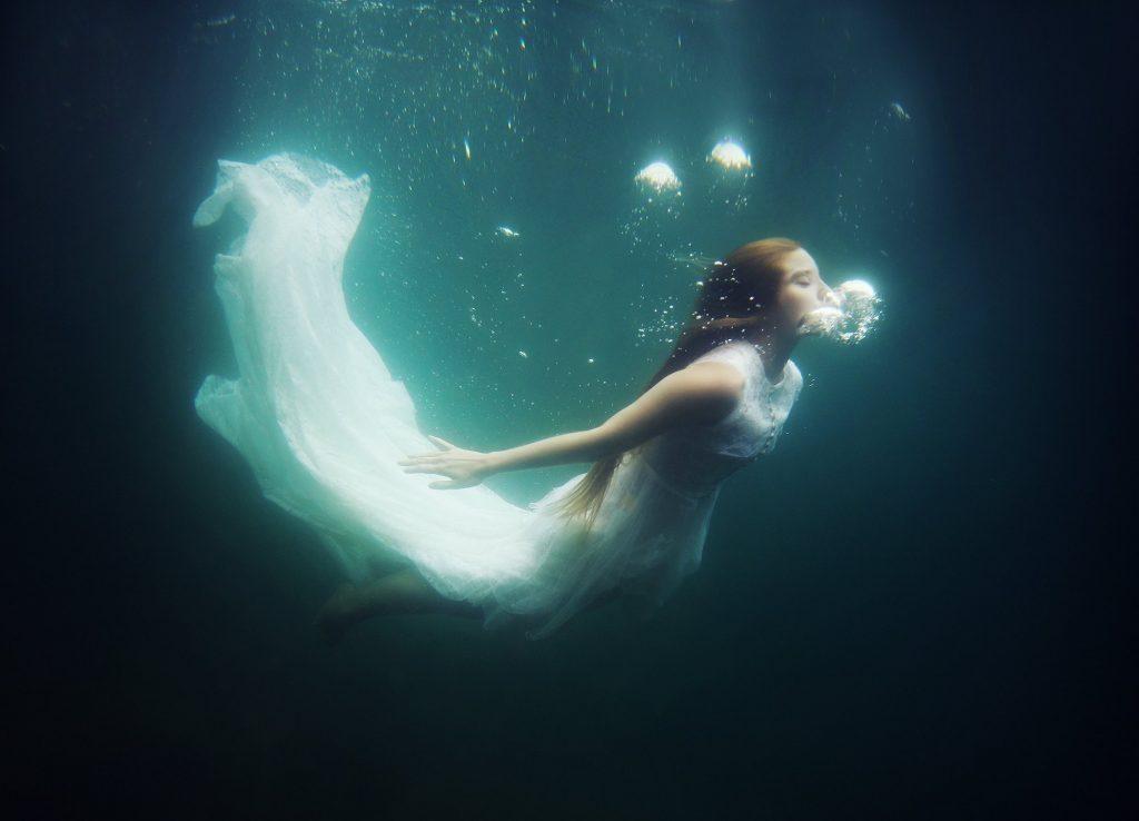 красивые картинки под водой с человеком русалкой помещении