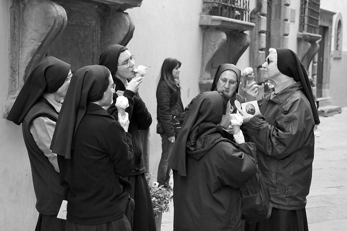 монашки играют в карты