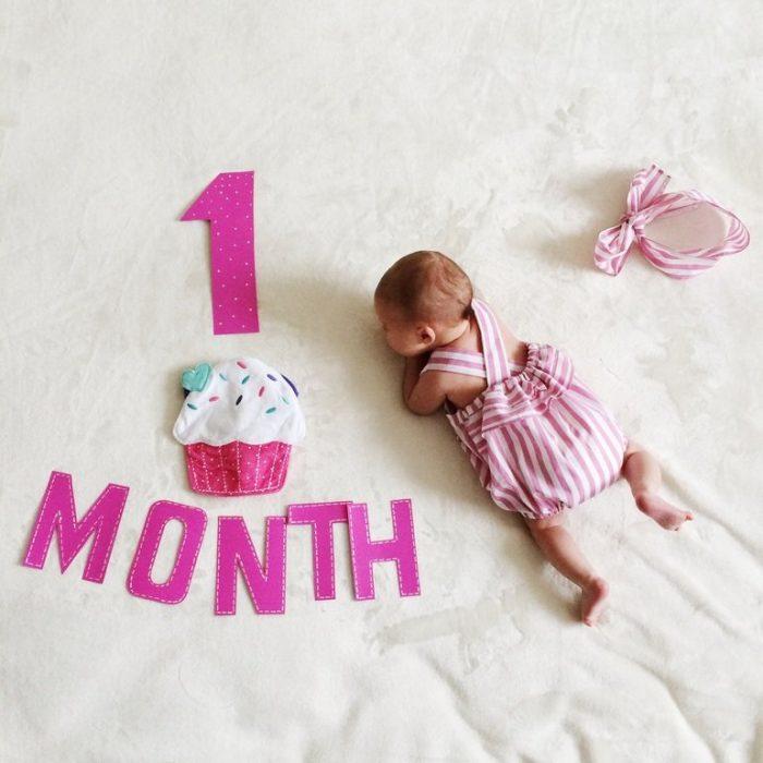 Открытка 1 месяц девочке