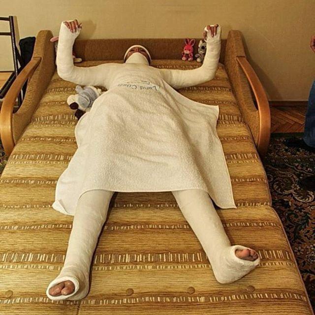фото человека полностью в гипсе